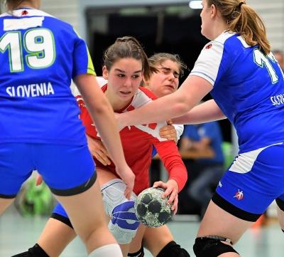 Celia Heinzer (am Ball) konnte mit der Nationalmannschaft in der heimischen Halle in Muotathal mit 25:24 gewinnen. (Bild: Andy Scherrer)