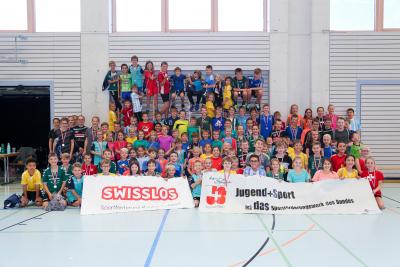 Viele Schüler nahmen am diesjährigen Schüler-Handballturnier des KTV Muotathal teil und präsentierten am Ende des Tages stolz ihre Preise. (Bild: Esther Heinzer)