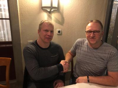 Präsident Andy Ulrich (rechts) begrüsst den neuen Trainer Marius Kasmauskas herzlich im Handball KTV Muotathal.