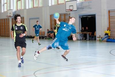 Ivo Betschart erzielt hier für die SG einen sehenswerten Treffer. (Bild: Esther Heinzer)