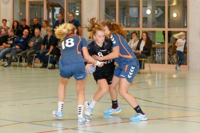 Die FU18-Juniorinnen hier mit Kyra Gwerder am Ball, hatten leichtes Spiel mit Yverdon und gewannen diskussionslos mit 33:8. (Bild: Esther Heinzer)