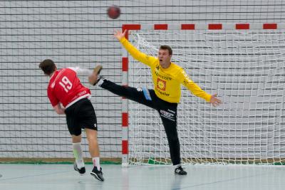 Torhüter Imhof parierte 22 Schüsse, davon 4 Penaltys und traf selber zweimal ins leere, gegnerische Netz. Am Ende siegten er und sein Team verdient mit 34:26. (Bild: Esther Heinzer)