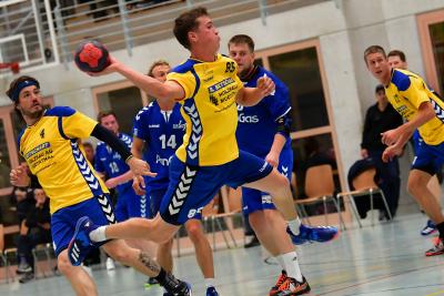 Die zweite Mannschaft, hier mit Viktor Betschart am Ball, konnte gegen Dagmersellen mit 30:23 gewinnen. (Bild: Remo Scherrer)