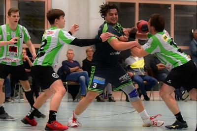 Gegen die SG Pilatus holten die Muotathaler zwei wichtige Punkte. Nick Imhof am Ball erzielte sechs Treffer. (Bild: Remo Scherrer)