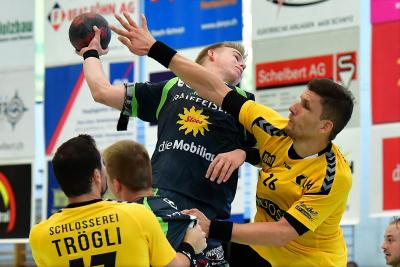 Die Muotathaler, hier mit Andreas Schelbert am Ball, erfüllten ihre Pflicht und siegten in Wohlen mit 29:23. (Bild: Andy Scherrer)