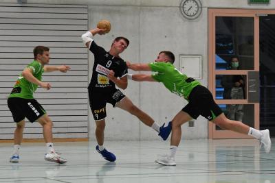 In einem hart umkämpften Spiel holte der KTV Muotathal, hier mit Ivo Betschart am Ball, einen verdienten 29:25 Sieg gegen Favorit Olten. (Bild: Andy Scherrer)
