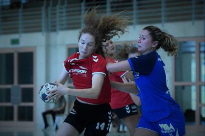 In einem hart umkämpften Spiel besiegte die SG Muotathal/Mythen-Shooters, hier mit Fabienne Fässler am Ball, mit 27:29 den HC Kriens. Bild: Andy Scherrer