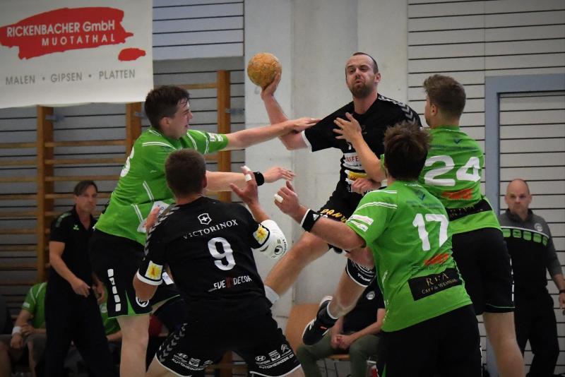 Kevin Heinzer am Ball und sein Team freuen sich auf das Urschweizer Derby gegen Altdorf. (Bild: Andy Scherrer)