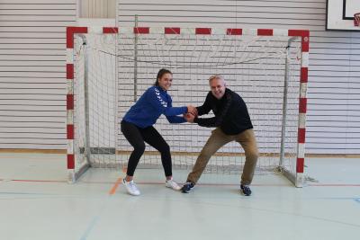 Trainer Manfred Heinzer misst sich im Cupspiel gegen den LK Zug II mit seiner Tochter Celia. (Bild: Michelle Gwerder)