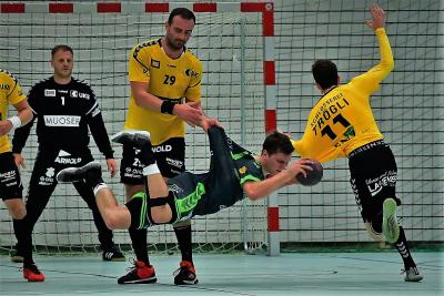 Am kommenden Samstag gegen Emmen wird ein schnelles aber hoffentlich faires Handballspiel erwartet, ohne regelwidrige Fouls wie hier gegen Alex Suter am Ball. (Bild: Andy Scherrer)