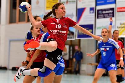 Michelle Gwerder und ihr Team wollen auch nach dem Rückspiel am kommenden Samstag gegen den Handball Emmen ungeschlagen an der Tabellenspitze stehen. Bild: Andy Scherrer
